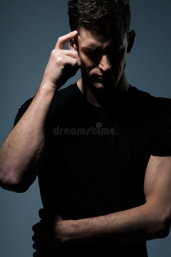 Νεαρός άνδρας στο μαύρο πουκάμισο στοκ εικόνες
