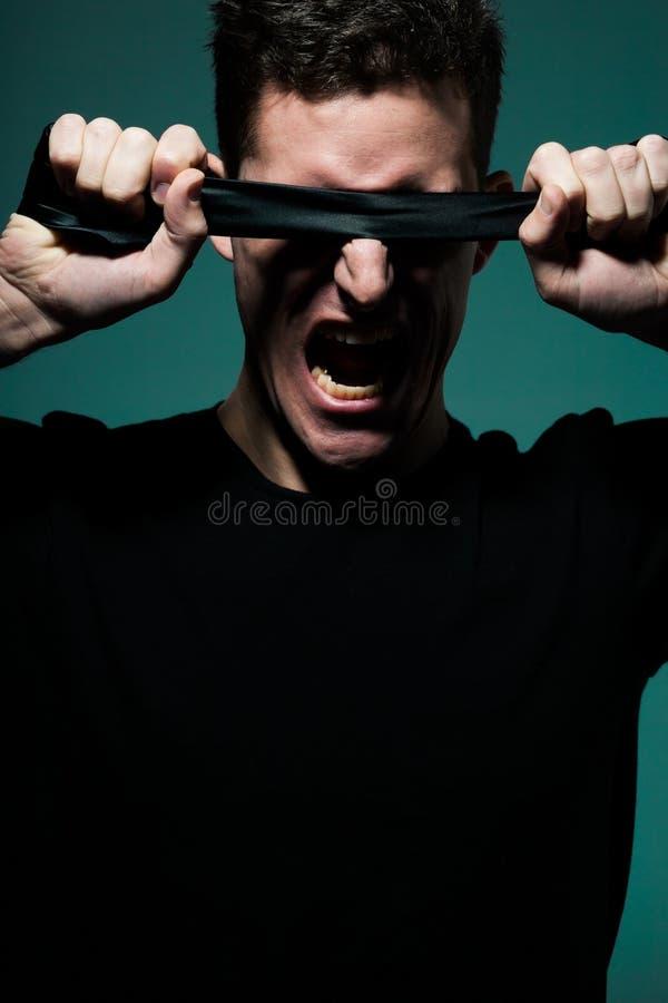 Νεαρός άνδρας στο μαύρο πουκάμισο στοκ φωτογραφία με δικαίωμα ελεύθερης χρήσης