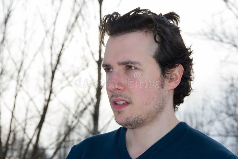 Νεαρός άνδρας στο χειμερινό υπαίθριο πορτρέτο στοκ φωτογραφίες με δικαίωμα ελεύθερης χρήσης
