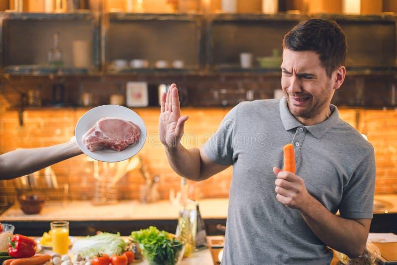 Νεαρός άνδρας Vegan καμία υγιής επιλογή κρέατος στοκ εικόνες