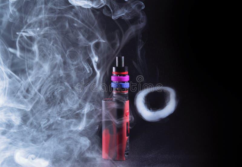 Νεαρός δικυκλιστής Ecigarette στον καπνό στοκ φωτογραφία