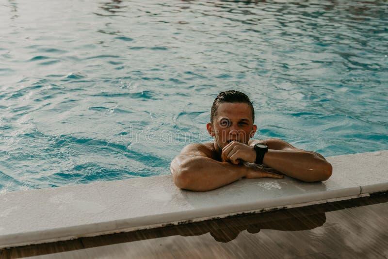 """Νεαρός, υγιής, αρρενωπός αθλητής υποδείγματος ανδρός στην πισίνα Ï""""Î¿Ï… ξΠστοκ φωτογραφία"""
