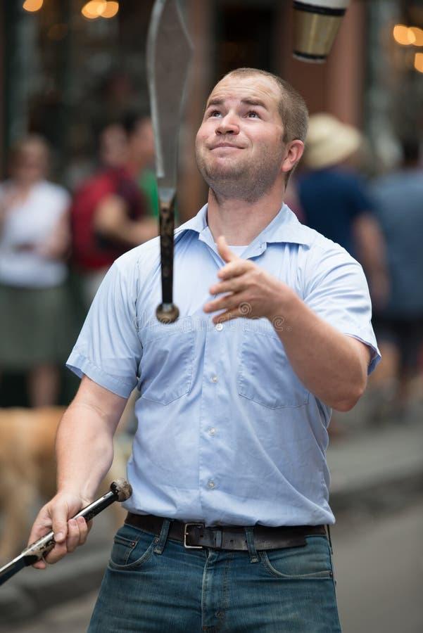 ΝΕΑ ΟΡΛΕΆΝΗ, ΛΑ - 13 ΑΠΡΙΛΊΟΥ: Ο ζογκλέρ αποδίδει στην οδό στη Νέα Ορλεάνη, Λα στις 13 Απριλίου 2014 στοκ φωτογραφία