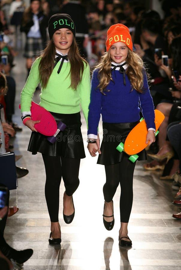 ΝΕΑ ΥΌΡΚΗ, ΝΈΑ ΥΌΡΚΗ - 19 ΜΑΐΟΥ: Τα πρότυπα περπατούν το διάδρομο στη επίδειξη μόδας των παιδιών του Ralph Lauren πτώση 14 στοκ φωτογραφία με δικαίωμα ελεύθερης χρήσης