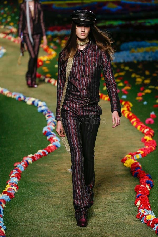 ΝΕΑ ΥΌΡΚΗ, ΝΈΑ ΥΌΡΚΗ - 8 ΣΕΠΤΕΜΒΡΊΟΥ: Ένα πρότυπο περπατά το διάδρομο στη επίδειξη μόδας των γυναικών του Tommy Hilfiger στοκ φωτογραφίες