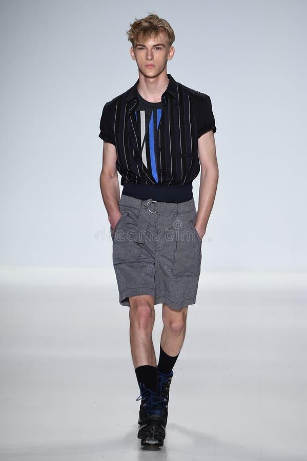 ΝΕΑ ΥΌΡΚΗ, ΝΈΑ ΥΌΡΚΗ - 4 ΣΕΠΤΕΜΒΡΊΟΥ: Ένα πρότυπο περπατά το διάδρομο στη επίδειξη μόδας ανοίξεων του 2015 αγάπης του Richard Cha στοκ εικόνα με δικαίωμα ελεύθερης χρήσης