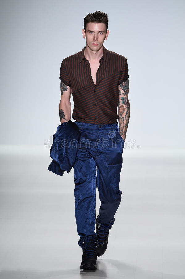 ΝΕΑ ΥΌΡΚΗ, ΝΈΑ ΥΌΡΚΗ - 4 ΣΕΠΤΕΜΒΡΊΟΥ: Ένα πρότυπο περπατά το διάδρομο στη επίδειξη μόδας ανοίξεων του 2015 αγάπης του Richard Cha στοκ εικόνες με δικαίωμα ελεύθερης χρήσης