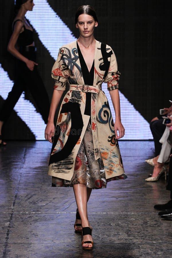 ΝΕΑ ΥΌΡΚΗ, ΝΈΑ ΥΌΡΚΗ - 8 ΣΕΠΤΕΜΒΡΊΟΥ: Η πρότυπη Amanda Murphy περπατά το διάδρομο στη επίδειξη μόδας ανοίξεων του 2015 της Donna  στοκ φωτογραφία με δικαίωμα ελεύθερης χρήσης