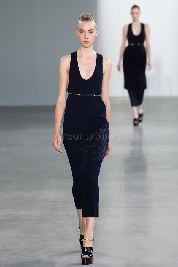 ΝΕΑ ΥΌΡΚΗ, ΝΈΑ ΥΌΡΚΗ - 11 ΣΕΠΤΕΜΒΡΊΟΥ: Η πρότυπη Jo Molenaar περπατά το διάδρομο στη επίδειξη μόδας συλλογής του Calvin Klein στοκ εικόνες
