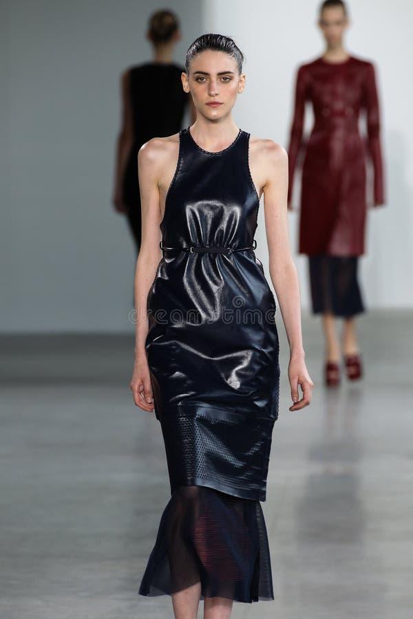 ΝΕΑ ΥΌΡΚΗ, ΝΈΑ ΥΌΡΚΗ - 11 ΣΕΠΤΕΜΒΡΊΟΥ: Η πρότυπη Serena Archetti περπατά το διάδρομο στη επίδειξη μόδας συλλογής του Calvin Klein στοκ εικόνα