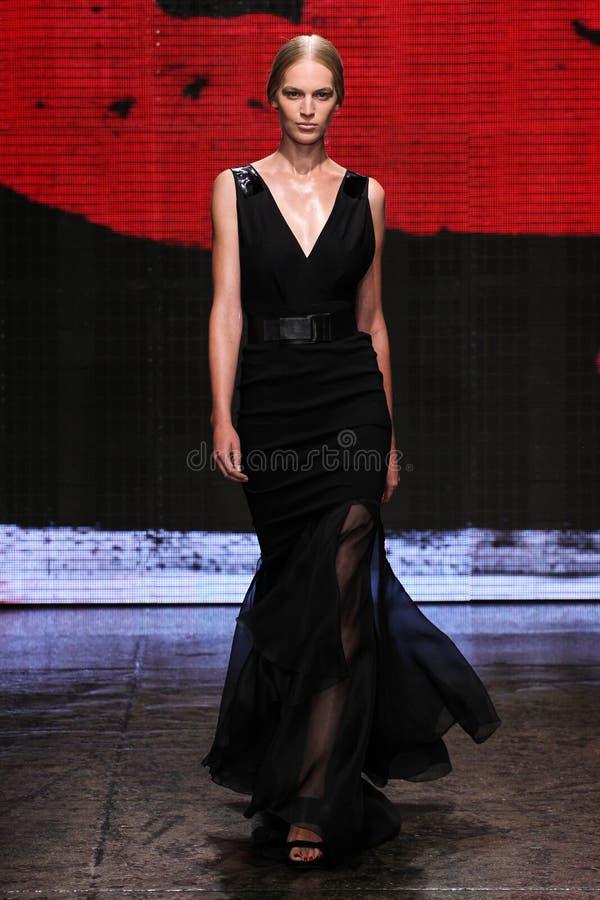 ΝΕΑ ΥΌΡΚΗ, ΝΈΑ ΥΌΡΚΗ - 8 ΣΕΠΤΕΜΒΡΊΟΥ: Η πρότυπη Vanessa Axente περπατά το διάδρομο στη συλλογή μόδας ανοίξεων του 2015 της Donna  στοκ φωτογραφία