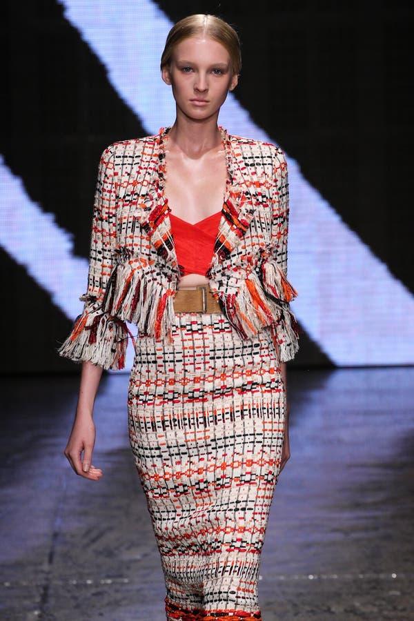 ΝΕΑ ΥΌΡΚΗ, ΝΈΑ ΥΌΡΚΗ - 8 ΣΕΠΤΕΜΒΡΊΟΥ: Πρότυπο Nastya Sten περπατά το διάδρομο στη επίδειξη μόδας ανοίξεων του 2015 της Donna Kara στοκ φωτογραφία με δικαίωμα ελεύθερης χρήσης
