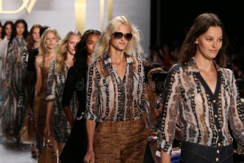 ΝΕΑ ΥΌΡΚΗ, ΝΈΑ ΥΌΡΚΗ - 8 ΣΕΠΤΕΜΒΡΊΟΥ: Τα πρότυπα περπατούν το φινάλε διαδρόμων κατά τη διάρκεια της επίδειξης μόδας της Diane Von  στοκ εικόνα