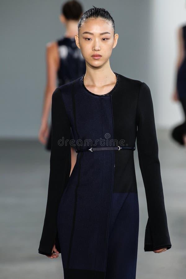 ΝΕΑ ΥΌΡΚΗ, ΝΈΑ ΥΌΡΚΗ - 11 ΣΕΠΤΕΜΒΡΊΟΥ: Το πρότυπο έτσι το RA Choi περπατά το διάδρομο στη επίδειξη μόδας συλλογής του Calvin Klei στοκ εικόνες με δικαίωμα ελεύθερης χρήσης