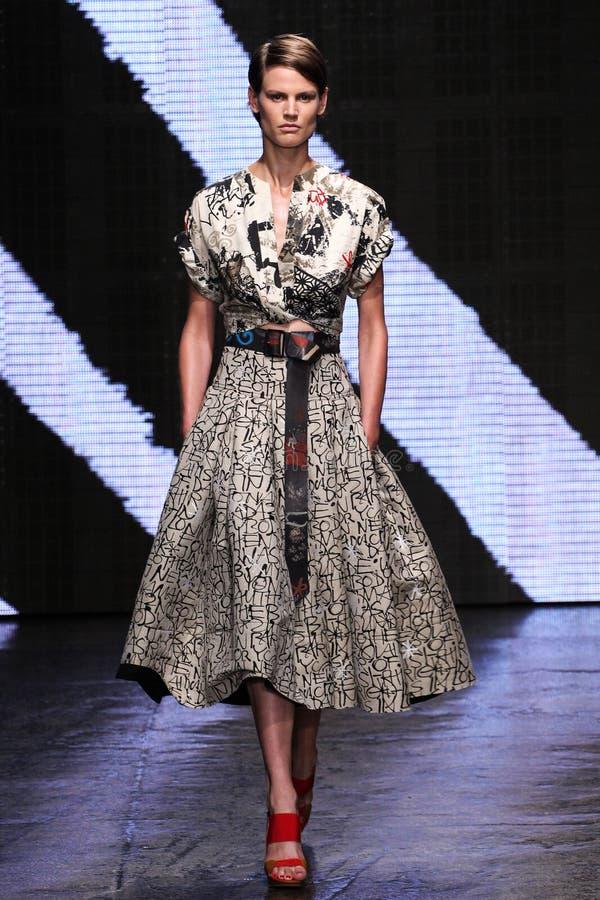 ΝΕΑ ΥΌΡΚΗ, ΝΈΑ ΥΌΡΚΗ - 8 ΣΕΠΤΕΜΒΡΊΟΥ: Το πρότυπο περπατά το διάδρομο στη επίδειξη μόδας ανοίξεων του 2015 της Donna Karan στοκ εικόνες με δικαίωμα ελεύθερης χρήσης