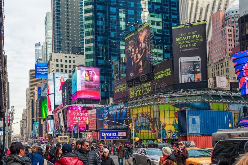 ΝΕΑ ΥΌΡΚΗ, ΝΕΑ ΥΌΡΚΗ - 27 ΔΕΚΕΜΒΡΊΟΥ 2013: Πλατεία των New York Times με τον τουρίστα μετά από τα Χριστούγεννα στοκ εικόνα με δικαίωμα ελεύθερης χρήσης