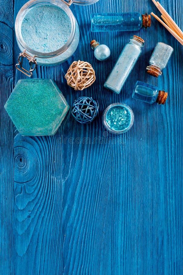 Νεκρά καλλυντικά θάλασσας Αλατισμένοι, μπλε άργιλος θάλασσας και λοσιόν στην μπλε ξύλινη τοπ άποψη επιτραπέζιου υποβάθρου copyspa στοκ εικόνες