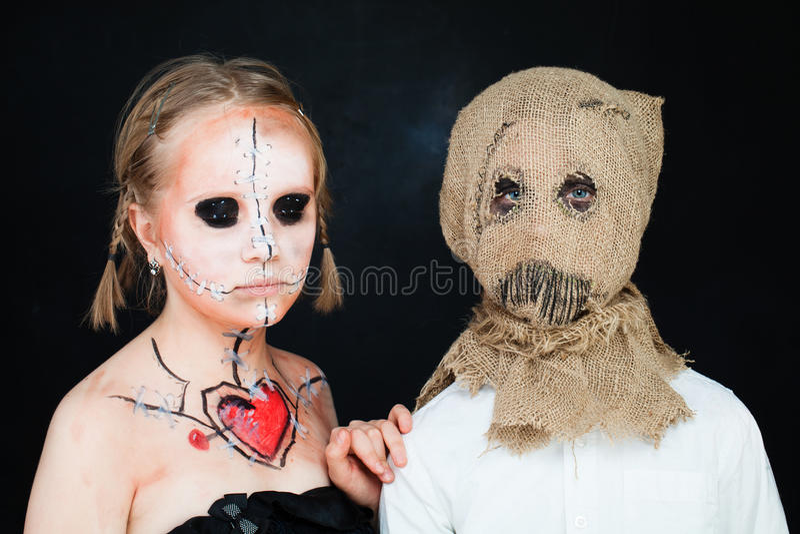 Νεκρά κούκλα και σκιάχτρο αποκριών Αγόρι και κορίτσι με Hallo στοκ φωτογραφία
