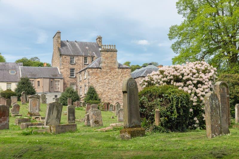 Νεκροταφείο γύρω από τις καταστροφές του αβαείου Jedburgh στα σκωτσέζικα σύνορα στοκ εικόνες με δικαίωμα ελεύθερης χρήσης