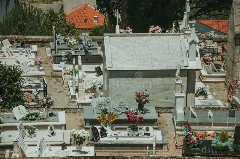 Νεκροταφείο με τους τοίχους πετρών που περικυκλώνουν τους τάφους και crypts στοκ φωτογραφία