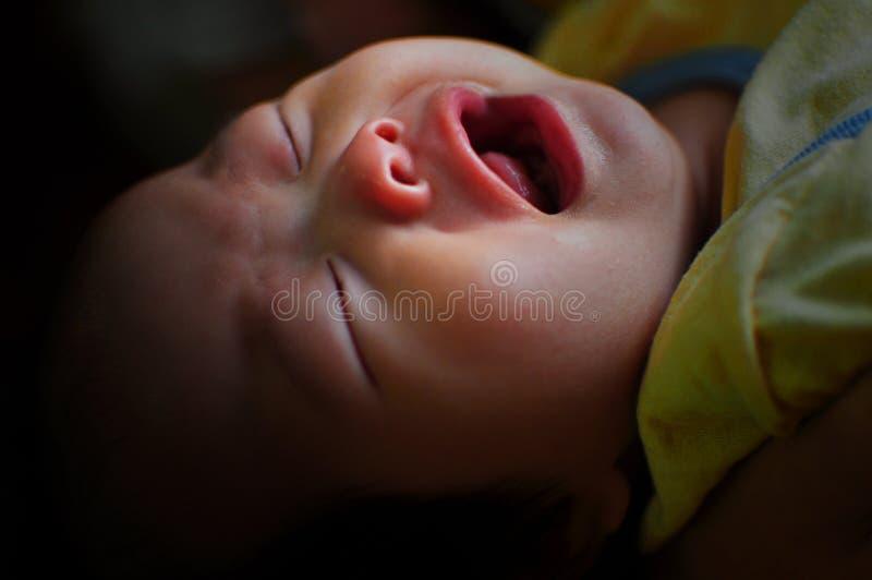Νεογέννητη κραυγή μωρών στοκ εικόνα με δικαίωμα ελεύθερης χρήσης