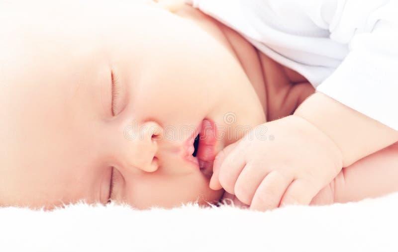 Νεογέννητοι ύπνοι μωρών στοκ εικόνες
