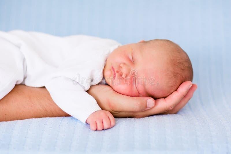 Νεογέννητος ύπνος αγοράκι σε ετοιμότητα του πατέρα του στοκ εικόνα με δικαίωμα ελεύθερης χρήσης