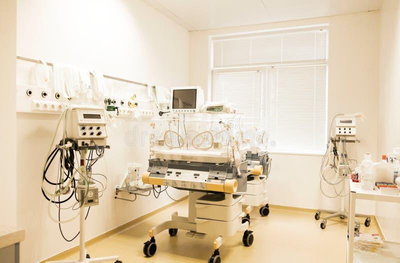 Νεογέννητος ύπνος μωρών σε έναν επωαστήρα στο νοσοκομείο στοκ εικόνες
