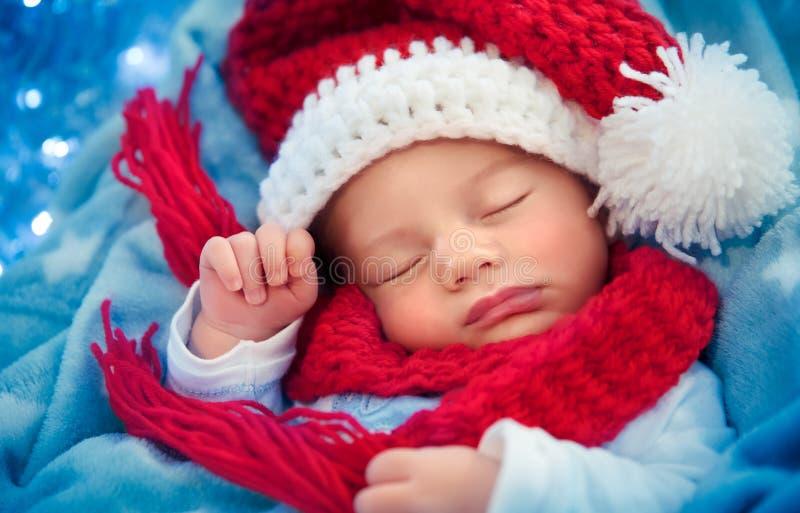 Νεογέννητος ύπνος μωρών στη Παραμονή Χριστουγέννων στοκ φωτογραφία με δικαίωμα ελεύθερης χρήσης