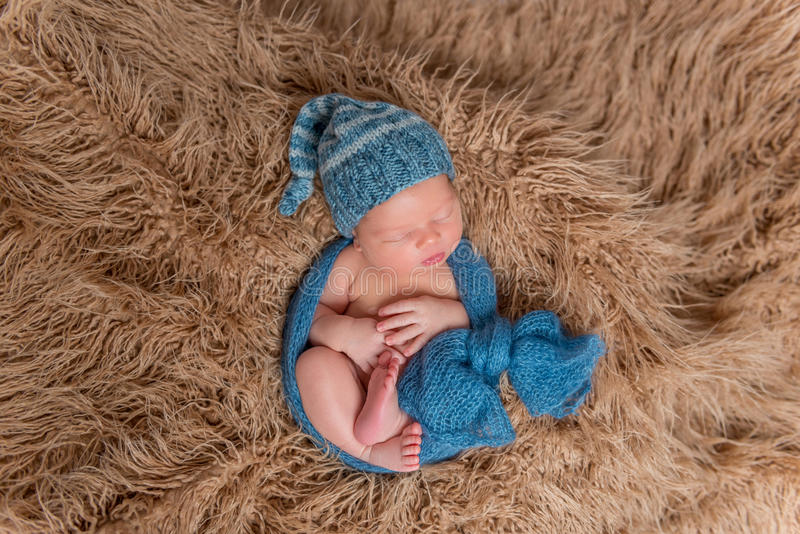 Νεογέννητος ύπνος σε ένα κάλυμμα, topview στοκ εικόνες