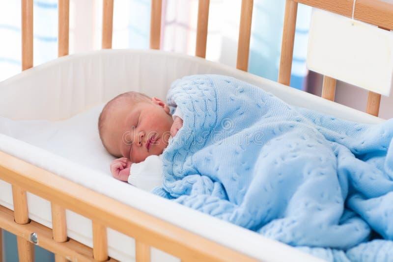 Νεογέννητο αγοράκι στην κούνια νοσοκομείων στοκ φωτογραφίες