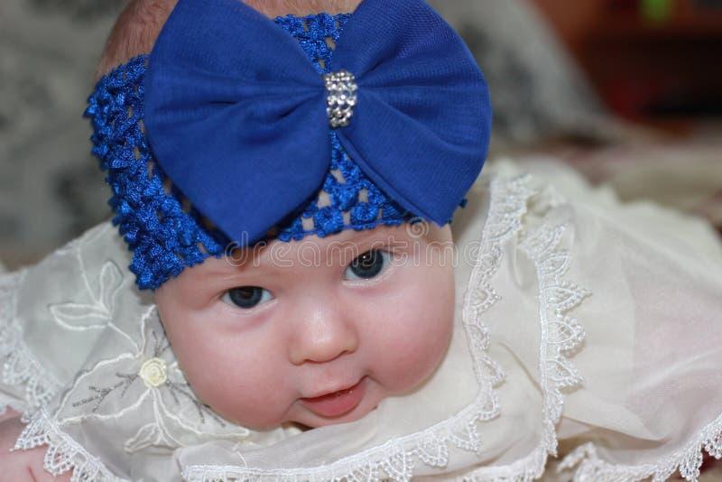 Νεογέννητο κορίτσι με το μεγάλο μπλε τόξο στοκ εικόνες με δικαίωμα ελεύθερης χρήσης