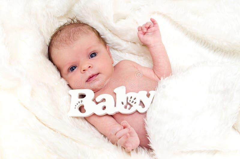 Νεογέννητο κοριτσάκι στο άσπρο χνουδωτό coverlet στοκ εικόνες με δικαίωμα ελεύθερης χρήσης