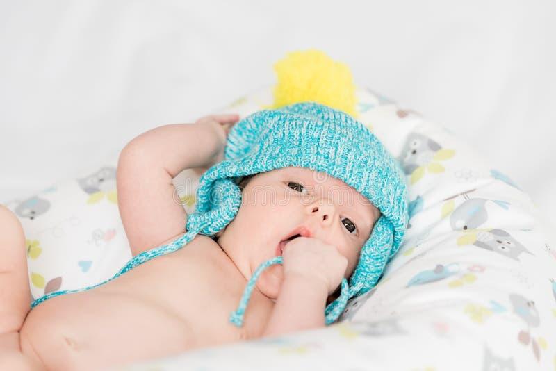 Νεογέννητο μωρό με τη ζωηρόχρωμη ΚΑΠ στοκ εικόνα με δικαίωμα ελεύθερης χρήσης