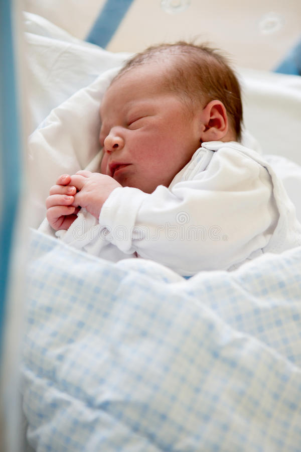 Νεογέννητο μωρό που βάζει στο παχνί στο προγενέθλιο νοσοκομείο στοκ εικόνες