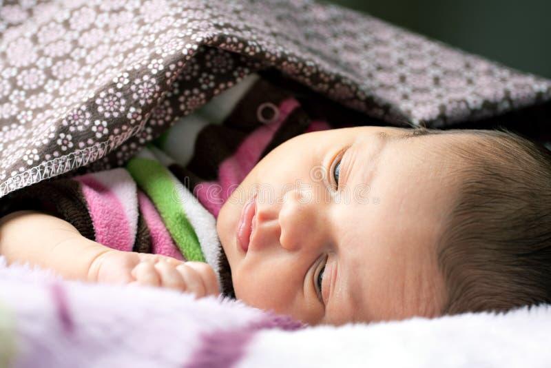 Νεογέννητο μωρό που ξυπνά στοκ εικόνες