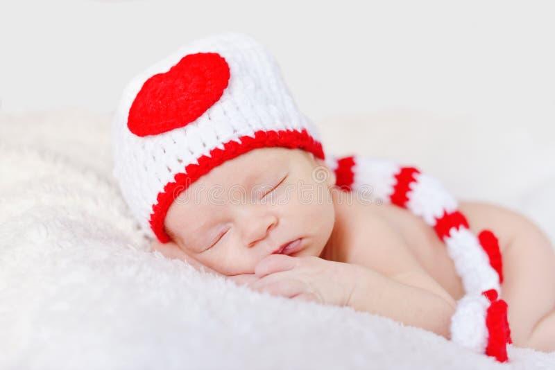 Νεογέννητο μωρό που φορά ένα πλεκτό καπέλο στοκ εικόνα με δικαίωμα ελεύθερης χρήσης