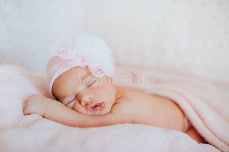 Νεογέννητο μωρό ύπνου, κινηματογράφηση σε πρώτο πλάνο, τρόπος ζωής, η έννοια της αγνότητας και αθωότητα στοκ εικόνες με δικαίωμα ελεύθερης χρήσης