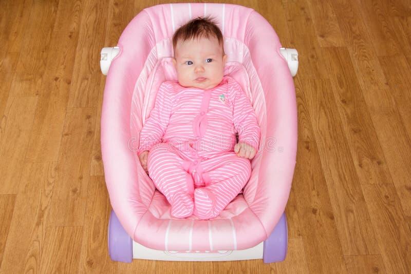Νεογέννητο να βρεθεί κοριτσάκι στο λίκνο στοκ εικόνες