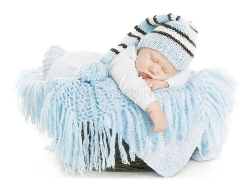 Νεογέννητο πορτρέτο μωρών, παιδί αγοριών νέο - γεννημένος ύπνος στο μπλε καπέλο στοκ εικόνες