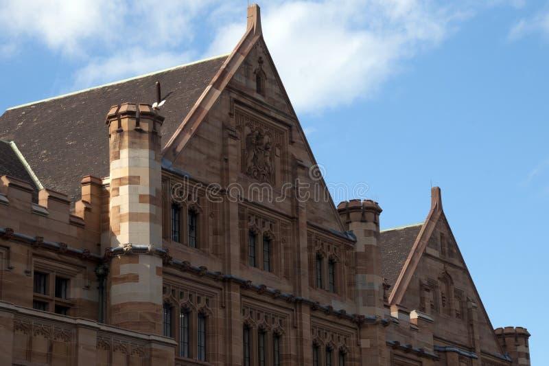 Νεογοτθική πρόσοψη του κτηρίου ψαμμίτη στοκ εικόνες