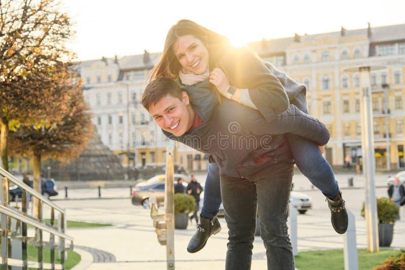 Νεολαία που έχει την πόλη διασκέδασης την άνοιξη, τον όμορφους αστείους νεαρό άνδρα και τη γυναίκα, χρυσή ώρα στοκ φωτογραφίες