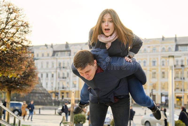 Νεολαία που έχει την πόλη διασκέδασης την άνοιξη, τον όμορφους αστείους νεαρό άνδρα και τη γυναίκα, χρυσή ώρα στοκ εικόνα με δικαίωμα ελεύθερης χρήσης
