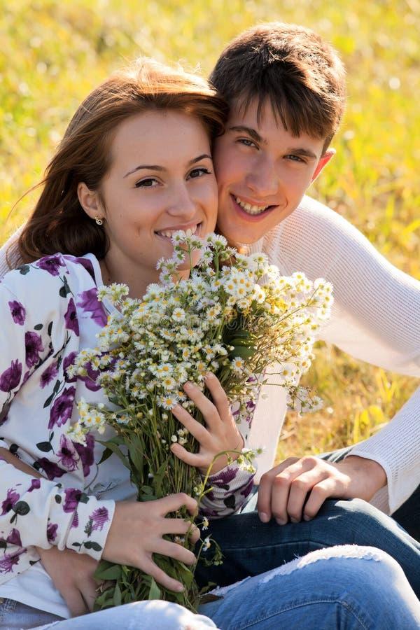 νεολαίες αγάπης ζευγών &alp στοκ φωτογραφία