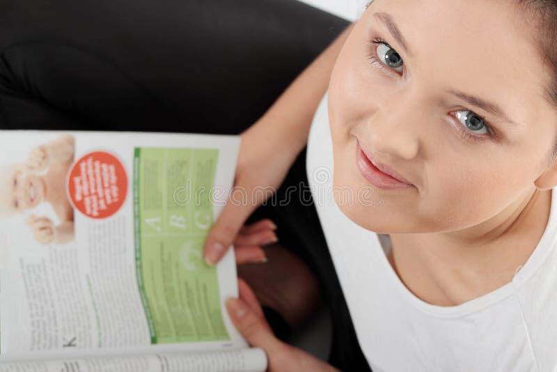 νεολαίες γυναικών ανάγν&omeg στοκ εικόνες
