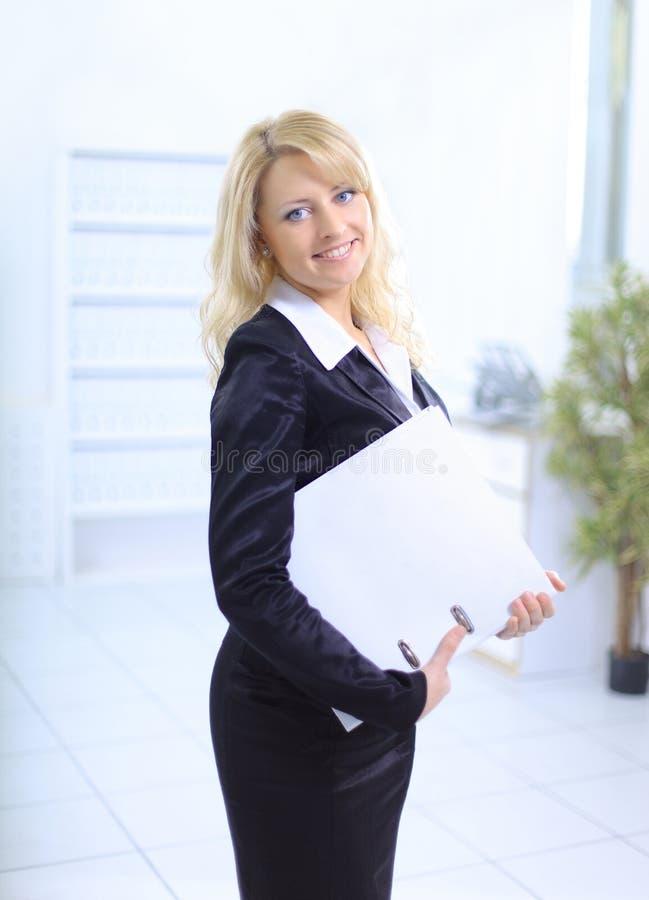 Download νεολαίες γυναικών επιχειρησιακών γραφείων Στοκ Εικόνα - εικόνα από φιλικός, υπάλληλος: 22794847