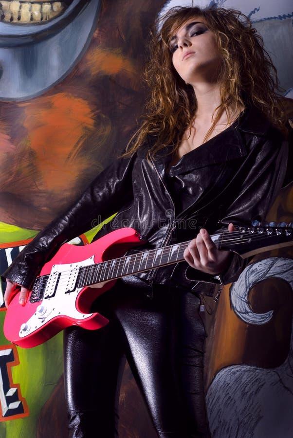 νεολαίες γυναικών κιθάρ&o στοκ εικόνα με δικαίωμα ελεύθερης χρήσης