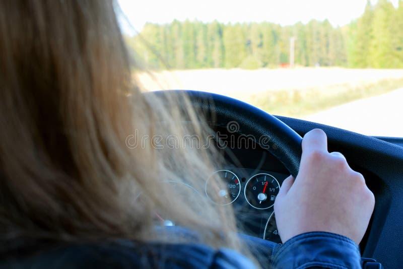 νεολαίες γυναικών οδήγ&eta στοκ εικόνες