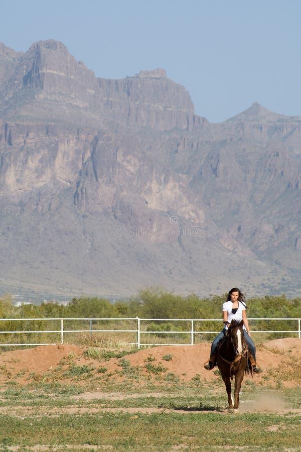νεολαίες γυναικών πλατών αλόγου στοκ εικόνα