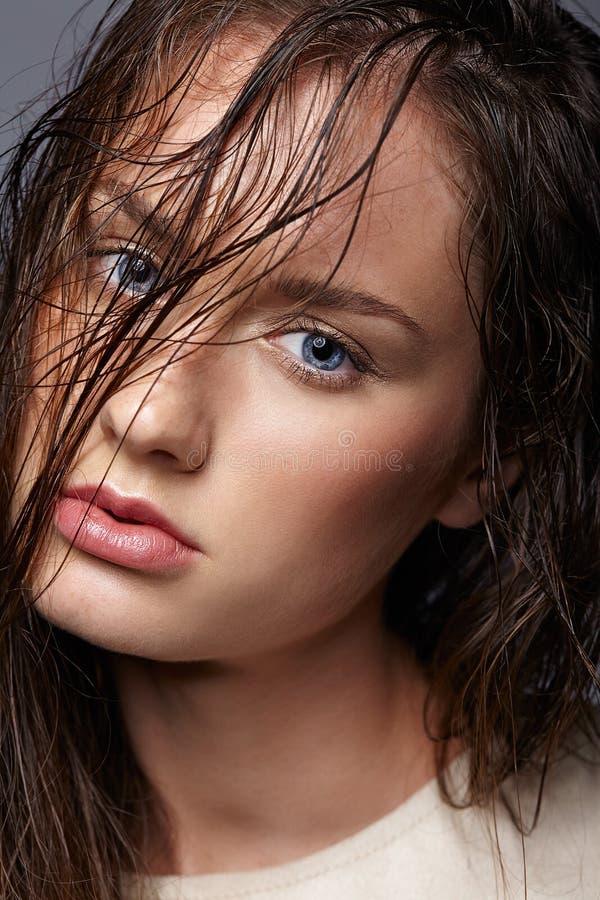 νεολαίες γυναικών πορτρ Κορίτσι Brunette με το φωτεινό μπλε ε στοκ εικόνες